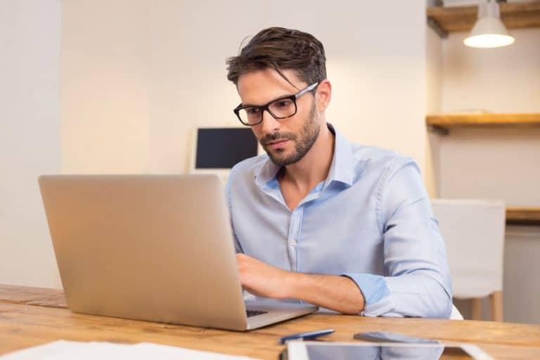 Un homme travaillant avec un ordinateur