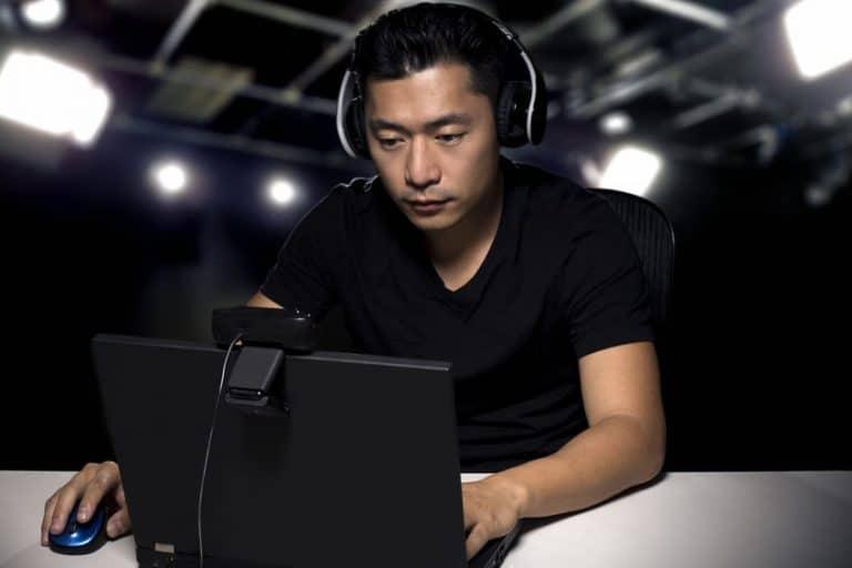 Jeune joueur jouant