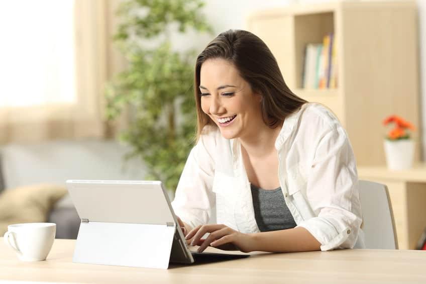 Une fille utilisant un ordinateur portable convertible